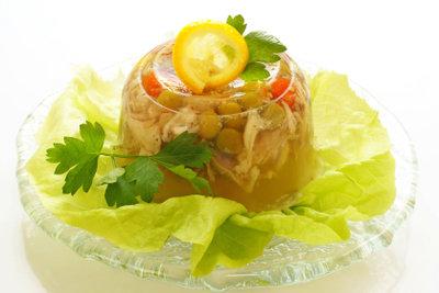 Es gibt mehrere Möglichkeiten, Speisen mit Gelatine zuzubereiten.