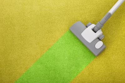 Auch stärkere Flecken lassen sich mit einem Teppichreiniger gut entfernen.