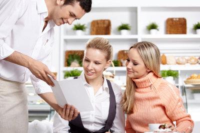 Mit einem 400-Euro-Job in einem Café kann die Haushaltskasse aufgebessert werden.