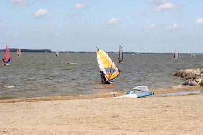 Hollands Strände eignen sich gut zum Surfen.