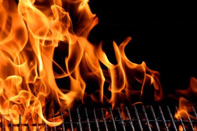 Beim Grillen kann es schnell zu Hautverbrennungen kommen.