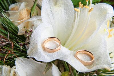 Tauschen Sie die Ringe, wenn Sie Ihr Ehegelübde erneuern.