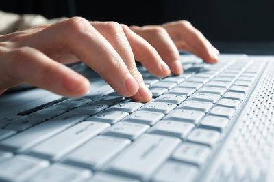 Alle zehn Finger nutzen und Tippgeschwindigkeit erhöhen.