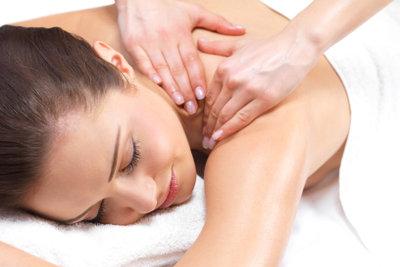 Eine Körpermassage mit Apfelessig wirkt kühlend und entspannend zu gleich.