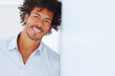Lockenfrisuren bei Männer können stylisch frisiert werden.