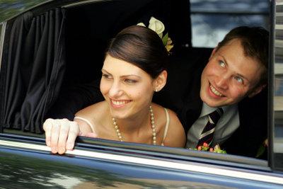 Auf einer schönen Hochzeitsfeier muss sich das Brautpaar nicht vor Gesellschaftsspielen fürchten.