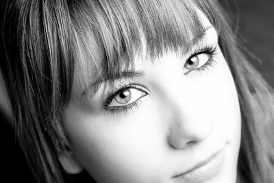 Mit der richtigen Frisur können Sie Ihrem schmalen Gesicht schmeicheln.