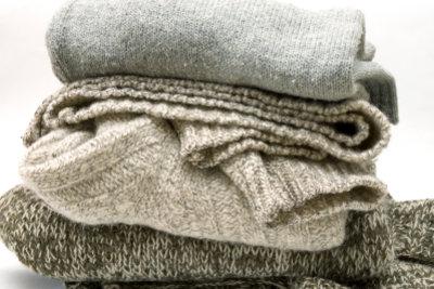 Aus flauschig warmer Wolle einen Schlauchschal stricken.