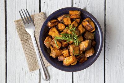Die Zubereitung von Süßkartoffeln gelingt im Ofen oder im Kochtopf schnell und einfach.