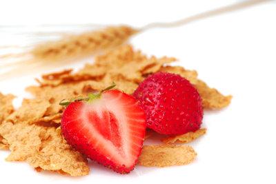 Erdbeeren sind im Unterschied zu Getreideprodukten ballaststoffarm.