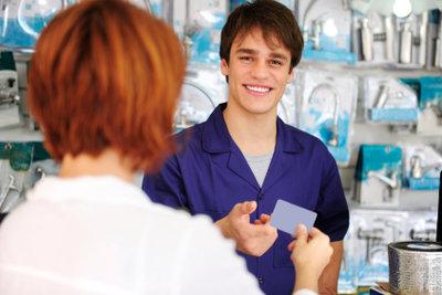 Ein Aushilfs-Job auf 165-Euro-Basis kann auch während der Arbeitslosigkeit ausgeübt werden.