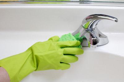 Kalkflecken können mit einfachen Hausmitteln entfernt werden.