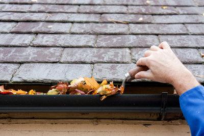 Dachrinnenabdeckungen verhindern eine Verstopfung mit Schmutz und Laub.