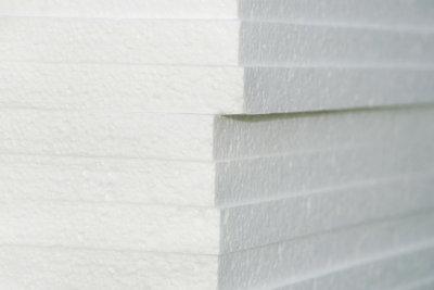 Nicht alle Farben sind zum Streichen von Deckenplatten aus Styropor geeignet.