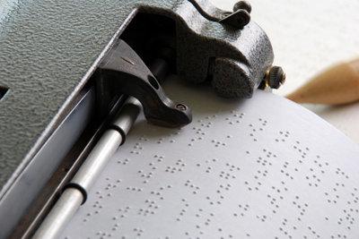 Die Blindenschrift Braille können Sie in Kursen lernen.