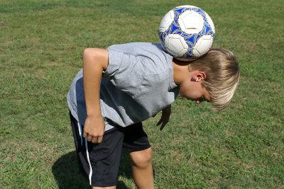 Jeden Fußball-Trick kann man durch viel Übung erlernen.