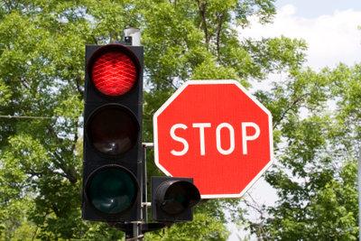 Eine rote Ampel zu überfahren, kann unangenehme Konsequenzen haben.