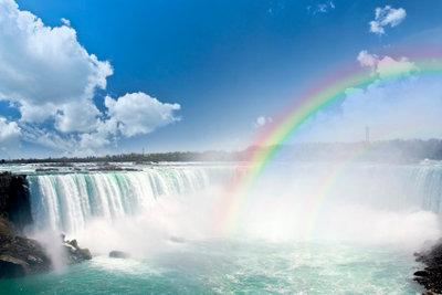 Wenn das Licht in den Wassertropfen bricht, entstehen Regenbogenfarben.