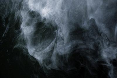 Ein Dampfreiniger ist durchaus von Vorteil bei der Bekämpfung von Teppichkäferlarven.