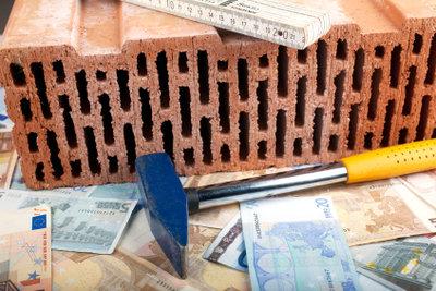 Einen Ziegelstein gibt's für Kleingeld, ein ganzes Haus muss jedoch meist finanziert werden.