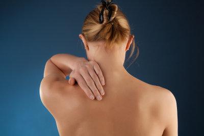 Ein steifer Nacken kann extrem schmerzhaft sein.