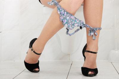 Unmöglich, so einer Dame keine blitzblanke Toilette zu bieten. Hausmittel-Toilettenreiniger helfen.