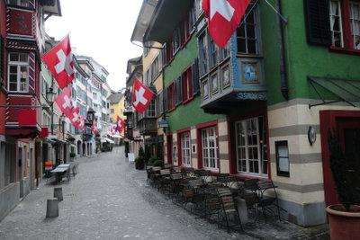 Grundsätzlich kann jeder in die Schweiz auswandern und in diesem schönen Bergland leben.