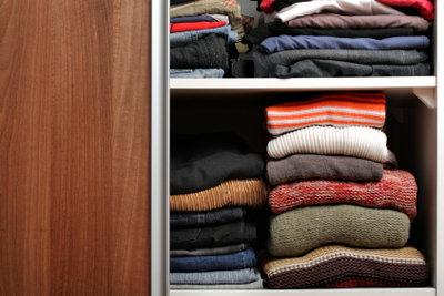 In kleinen Räumen ist ein Kleiderschrank mit Schiebetüren ideal.