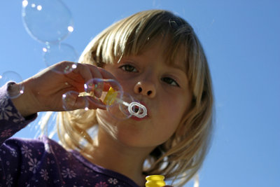 Seifenblasen sind wunderschön anzusehen und mit dem richtigen Rezept leicht herzustellen.