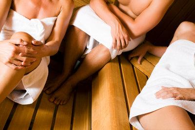 Regelmäßige Saunagänge können gegen das übermäßige Schwitzen im Alltag helfen.