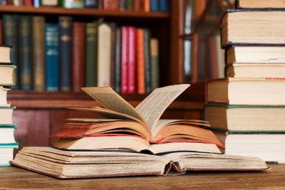 Alte Bücher kann man antiquarisch oder im Internet verkaufen.