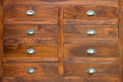 Bekleben Sie Ihre alten Schränke mit Möbelfolie.