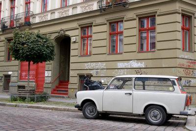 Um Ihr DDR-Kostüm abzurunden, fahren Sie im Trabbi vor.