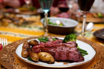 Ein leckeres Gericht zum Osterfest - zum Beispiel Schweinefilet mit Himbeersoße.