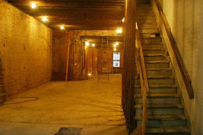 Einen Keller sanieren bedeutet auch einen neuen Boden aufbringen.