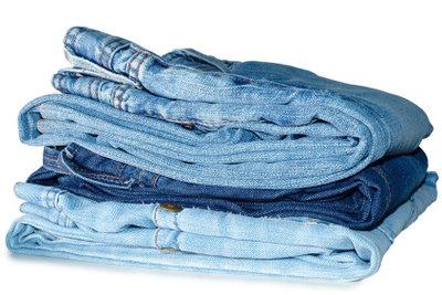 Für Karneval können Sie eine Jeans raffiniert bleichen.