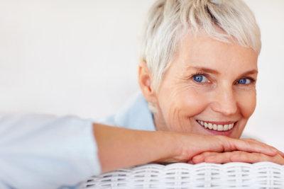 Auch bei Frauen sind graue Haare längst kein Tabuthema mehr.