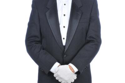 Was kann man zur Hochzeit anziehen? Ein Smoking ist schlicht und elegant.