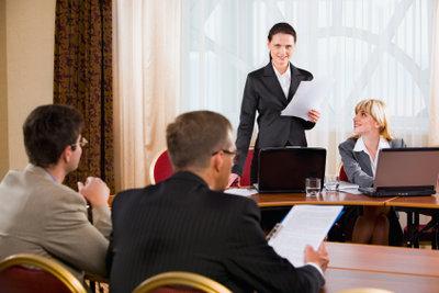 Vor einem Publikum zu sprechen erfordert eine gute Rhetorik.