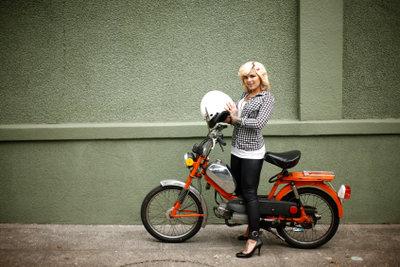 Mit einem Moped lassen sich kleine Wege unkompliziert zurücklegen.