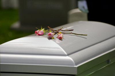 Eine Beerdigung kostet oft sehr viel.