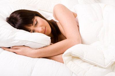 Erholsamer Schlaf ist wichtig, dafür brauchen Sie eventuell ein Seitenschläferkissen.