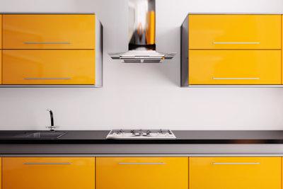 Mit Farben oder Folien können Sie Küchen besonders günstig renovieren.