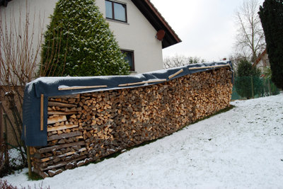 Das richtige Stapeln von Brennholz will geübt werden.