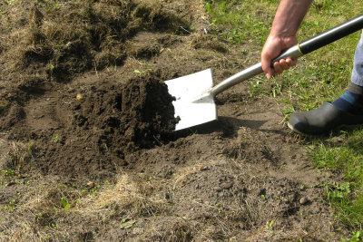 Die Klärgrube wird vollständig im Boden versenkt.