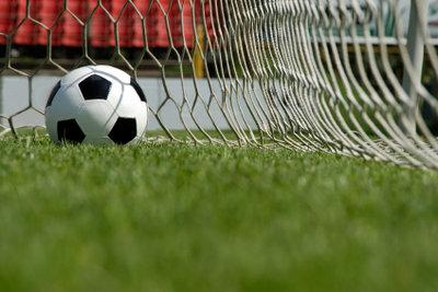 Bevor der Ball ins Netz darf, gibt es jede Menge Arbeit. Bauen Sie Ihre Fußballtore einfach selber.