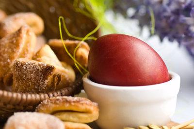 Überraschen Sie Ihre Familie zum Osterfrühstück mit einem Osterlamm aus Rührteig.