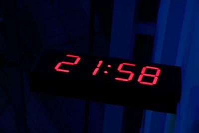AM und PM geben an, ob eine Uhrzeit für den Vormittag oder den Nachmittag gilt.