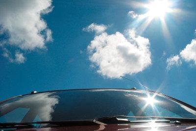 Das Polieren der Autoscheiben wird oft durch die Neigung von Front- und Heckscheibe erschwert.