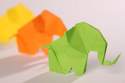 Aus einem Elefanten Kostüm lässt sich leicht ein Benjamin Blümchen Kostüm basteln.